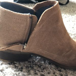 Toms Shoes - Nude/tan Tom Delia Size 7 booties